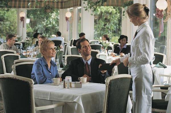 Встреча и приветствие гостей в ресторане